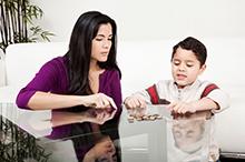 Den Umgang mit Geld sollten man Kindern schon früh beibringen. - © iStock.com/jhorrocks