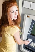 Das erste eigene Konto bedeutet für viele Jugendliche auch ein Stück mehr Unabhängigkeit. - © iStock.com/dcdebs