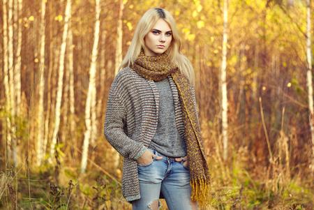 Frau im Herbstoutfit
