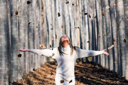 Frau mit kuschligen Herbstpullover